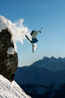 Skier jumping off a rock. von Ross Woodhall