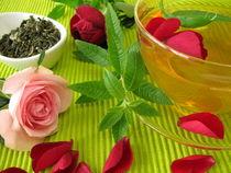 Grüner Tee mit Rosenblüten und Zitronenverbene by Heike Rau
