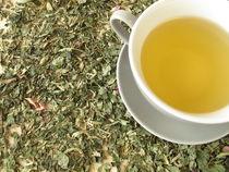 Eine Tasse Tee auf einer Kräuterteemischung von Heike Rau