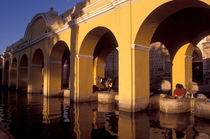 DOING THE LAUNDRY Antigua Guatemala von John Mitchell