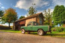 Landrover and the barn  von Rob Hawkins