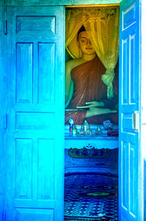 Buddha schaut durch eine blauen Tür von Gina Koch