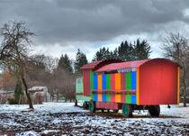 Bunter Bauwagen in trister Umgebung von Gina Koch