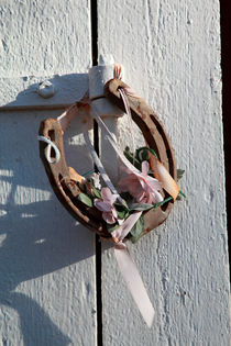Horseshoe with silk flowers by Intensivelight Panorama-Edition