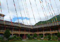 Flaggen im Kloster by reisemonster