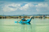Blauer Katamaran im Hafen von Gina Koch