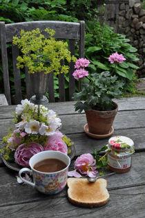 Breakfast in the garden by Lydia Jeppsson