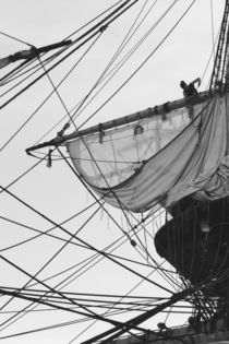 Sailor shortening sails on a tall ship - monochrome von Intensivelight Panorama-Edition