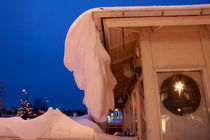 Christmas decorations in a snow-covered house by Intensivelight Panorama-Edition