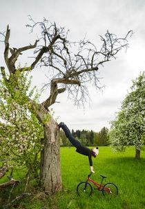 Ungewöhnliche Aufwärmübung - Monika Hinz am Baum by Matthias Hauser