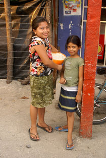 SMILING GIRLS El Salvador von John Mitchell