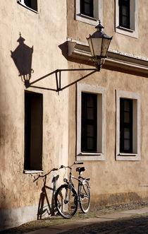 'Fahrrad und Schatten an Wand' by STEFARO .