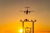 Flugzeug landet im Sonnenuntergang - Airplane landing during sunset von kunertus