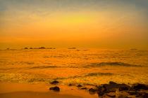 Der Indische Ozean im Abendlicht des Sonnenuntergangs von Gina Koch