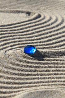 Sand und blaue Glasperle (04) von Karina Baumgart