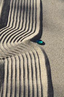 Sand und Glasperle (02) von Karina Baumgart