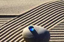Sand und blaue Glasperle (07) von Karina Baumgart
