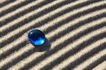 Sand und blaue Glasperle (03) von Karina Baumgart
