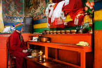 A Monk at Yiga Choling Gompa in Ghum. von Tom Hanslien