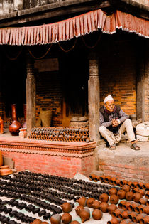 A vendor in Bhaktapur Pottery Square. von Tom Hanslien