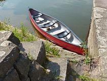 Kleines Boot am Fluss von Eva-Maria Di Bella