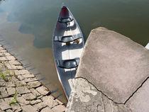 Kleines Boot an der Hafenmauer von Eva-Maria Di Bella