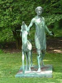 Skulptur Mädchen mit Reh - Sculpture Girl with a roe deer  von Eva-Maria Di Bella