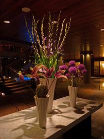 Blumenarrangement im Foyer - Flower arrangement in the foyer von Eva-Maria Di Bella