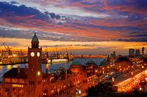 Hamburg - Landungsbrücken bei Sonnenuntergang by topas images