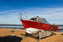 A red boat on Greatstone Beach. von Tom Hanslien