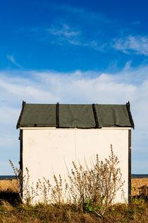 White beach hut at Greatstone Beach. von Tom Hanslien