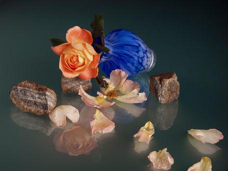 liegende blaue vase mit rosen und steinen fotografie. Black Bedroom Furniture Sets. Home Design Ideas