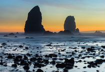 Sea stack rocks sunset, Cannon Beach, Oregon, USA von Tom Dempsey
