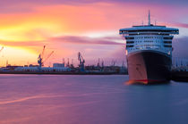 Queen Mary 2 im Sonnenuntergang by elbvue