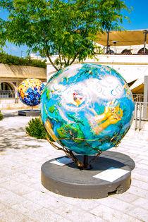 Globe statue  von slavamalai