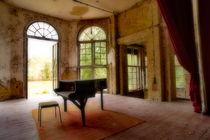 Klavier vor der offenen Tuer von Christian Behring