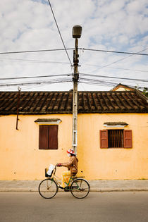 A passing cyclist, Hoi An. von Tom Hanslien