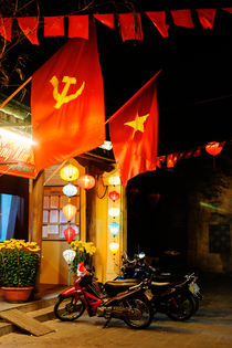 Communist flags in Hoi An. von Tom Hanslien