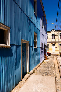 Blue Houses in Valparaiso. von Tom Hanslien