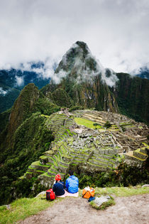 Admiring Machu Picchu. von Tom Hanslien