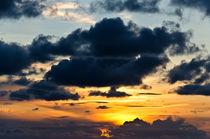 Sonnenuntergang hinter dunklen Wolken von caladoart