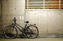Einsames Fahrrad in Garage von caladoart