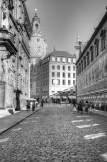 Blick vorbei am Fürstenzug in der Augustusstraße auf die Frauenkirche by peter-andré sobota