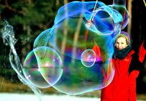 Große Seifenblasen mit Künstlerin - Giant Bubbles and artist 2 by Eddie Scott