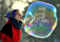Große Seifenblasen mit Künstlerin - Giant Bubbles and artist 3 by Eddie Scott