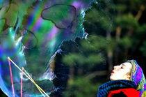 Große Seifenblasen mit Künstlerin - Giant Bubbles and artist 5 by Eddie Scott