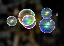 Große Seifenblasen schwebend - Giant Bubbles gliding 3 von Eddie Scott