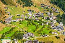 Chalets und Hotels auf der Riederalp mit Golfplatz by Matthias Hauser