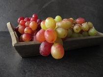 Stillleben mit roten Weintrauben by Heike Rau