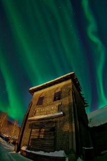 Kirchturm unter Nordlichtern by Priska  Wettstein